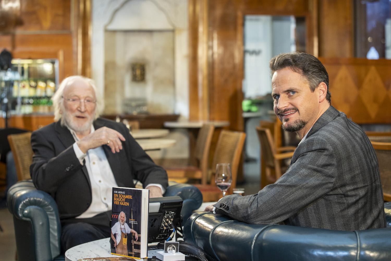Karl Merkatz im Gespräch mit Tommy Schmidle, Bild: A. Kolarik/Degn Film